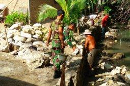 Babinsa Kodim 0204/DS dan masyarakat gotong royong wujudkan program Tagana