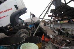 Truk BBM meledak, sepuluh orang tewas