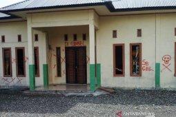 Gara-gara dana desa, massa segel dan rusak kantor desa di Nagan Raya