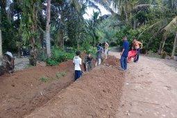 Cegah banjir, Babinsa bantu masyarakat buat parit