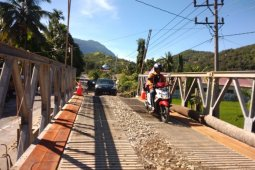 Arus lalulintas di jembatan Lhok Mamplam Meukek lancar