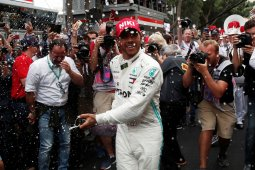 Hamilton merasa ditemani Niki Lauda