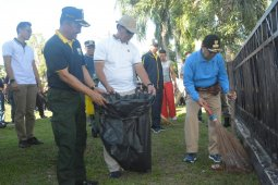Persiapan Kejurnas dayung, gubernur dan ASN gotong royong bersihkan kawasan Tanggo Rajo