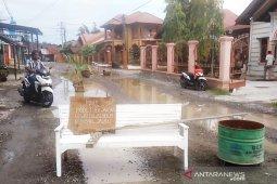 Warga Nagan Raya tutup jalan pakai kursi dan pohon kelapa