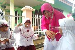 Puluhan anak disabilitas di Aceh Barat ikut sikat gigi  massal