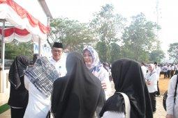 <p>Apel gabungan ASN Pandeglang di Kecamatan Saketi, Rabu (26/6). Pada kesempatan itu Bupati Pandeglang Irna Narulita menyatakan ASN harus memiliki tiga hal yaitu berintegritas, melayani dan profesional. (Foto Humas Pemkab Pandeglang)<br></p>