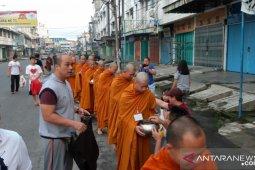 Umat Buddha di Rantauprapat bagikan Pindapatta kepada Bikkhu dan Samanera