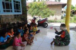Mengisi liburan sekolah ini yang dilakukan Babinsa Kodim 0204/DS
