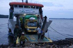 Penumpang sulit keluarkan kendaraan dari feri ASDP di Teluk Batang