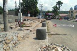 Pembangunan miniatur di trotoar  persempit bahu Jalan di Gunungsitoli