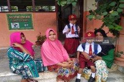 Hari pertama masuk sekolah, orang tua murid ikut 'bersekolah'