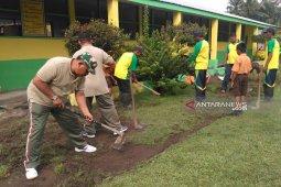 Koramil 18/GL bersama guru dan siswa gotong royong bersihkan sekolah