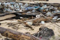 Sejumlah sampah anorganik asing terdampar di pesisir pantai Aceh