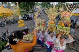Tradisi Mapeed Hari Raya Galungan