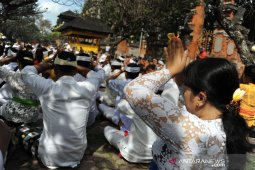 Gempa Jembrana tak ganggu persembahyangan Galungan di Bali