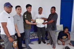 BPJS Ketenagakerjaan Tual serahkan sertifikat daftar kepesertaan nelayan