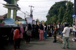 Tolak pembangunan TPA, warga desa demo kantor wali kota