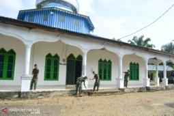 Satgas TMMD Kodim 0212 lakukan pengecatan Masjid Raya Hutaraja Lamo