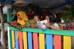 Demi budayakan membaca, pos kamling pun disulap jadi taman bacaan