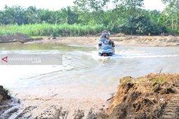 Lewati sungai demi membangun akses Desa Hutaraja Lamo-Mondang