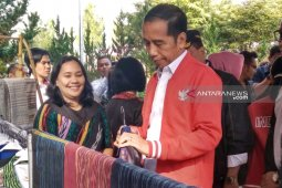 Kunjungi kawasan wisata Salib Kasih, Jokowi beli jaket tenun ulos seharga Rp2,5 juta
