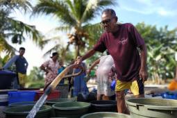 Dinas PUPR salurkan bantuan air bersih kepada warga Kayong Utara