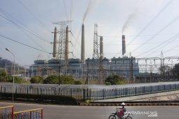 Petugas keamanan melintas di depan PLTU Suralaya, di Suralaya, Cilegon, Banten, Selasa (6/8/2019). Jubir Unit Pembangkitan PLTU Suralaya Asep Muhendar mengungkapkan sejak Selasa (6/8) pagi ke-7 unit pembangkit listrik PLTU di Suralaya sudah beroperasi kembali secara normal dengan menyalurkan tegangan listrik sebesar 3.400 MW ke jaringan Jawa, Madura dan Bali. ANTARA FOTO/Asep Fathulrahman/Sbs<br>