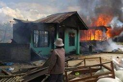 Akibat arus pendek, tiga rumah dilalap api di Pangaribuan Taput