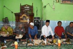 Bupati Tapsel dan ribuan warga menyantap masakan daging kurban