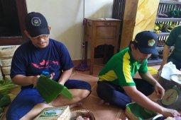 Pembagian daging kurban di Bali gunakan besek bambu