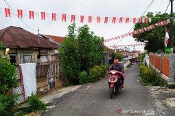 Masyarakat Pematangsiantar manfaatkan kantong kresek pernak-pernik HUT RI