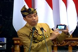 Jokowi wears traditional Sasak clothes at DPR, DPD 2019 annual session