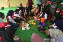 Peserta SMN Banten belajar buat timphan