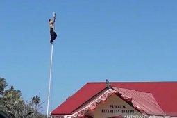 Gubernur Gorontalo berikan beasiswa kepada anak pemanjat tiang bendera