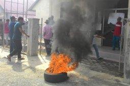 Tuntut kepala desa definitif, warga Nagan Raya bakar ban dan segel kantor desa