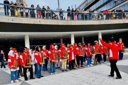 Angklung  dibawakan oleh tim dokter Indonesia tampil di   Stockholm