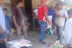 Ratusan petani Abdya terima pupuk bantuan dana desa