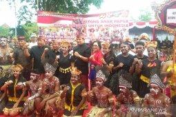Pelajar Papua dapat perhatian saat pawai budaya di Jembrana