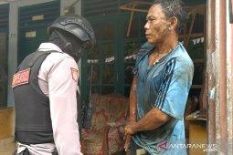 Diduga pemakai sabu, seorang pria kejebur parit saat melihat polisi