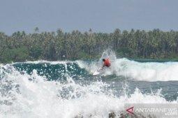 Peselancar dunia bersaing taklukkan ganasnya ombak di Pantai Sorake Nias