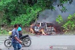 Massa bakar mobil diduga milik pencuri ternak di Aceh Barat