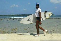Peselancar Venezuela penasaran tantangan ombak Pantai Sorake