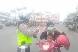 Warga Rantauprapat bagikan masker antisipasi ISPA dari polusi asap Karhutla