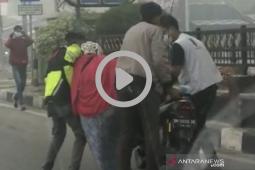 Nyaris tumbang, video pengendara sepeda motor mendadak lemas viral di media sosial