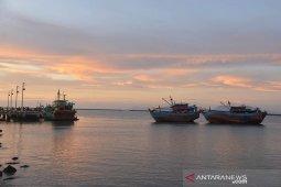 Kolam pelabuhan perikanan Samudera masih dangkal