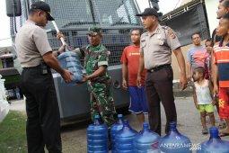 Polisi distribusi air bersih untuk masyarakat dilanda kekeringan