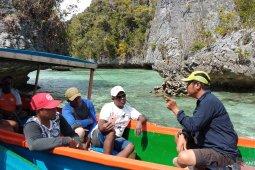 Pemandu wisata Misool Raja Ampat praktik teknik memandu turis