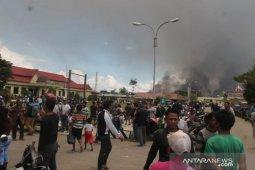Ratusan warga Yalimo mengungsi ke Wamena setelah eks kantor bupati terbakar