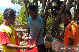 Pemandu HPI bersihkan sampah di destinasi wisata Misool