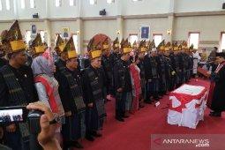 50 anggota DPRD Simalungun dilantik berpakaian adat Simalungun